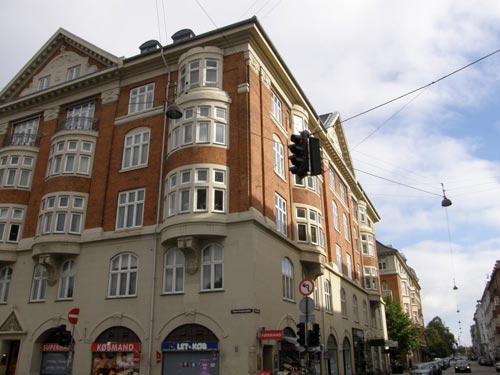 Billedet her viser bygningen set fra Store Kongensgade, den side der vender ud mod Nyboder, og retning mod Esplanaden. Her ses også, at stueetagen er disponeret til butikker, samt at førstesalen er uden karnapper. Lejlighederne her anvendes til erhverv.